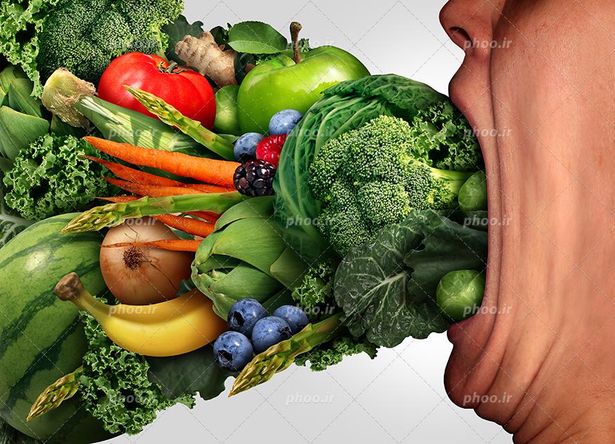 عکس با کیفیت میوه و سبزیجات تازه در حال وارد شدن به دهان مرد | عکس با کیفیت  و تصاویر استوک حرفه ای