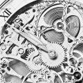 عکس با کیفیت چرخ دنده های نقره ای رنگ ساعت جیبی از نمای نزدیک