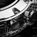 عکس با کیفیت پیچ تنظیمات و بدنه ی ساعت به رنگ نقره ای از نمای نزدیک