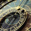 عکس با کیفیت ساعت زیبا به رنگ طلایی و زمینه ی مشکی از نمای نزدیک