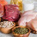 عکس با کیفیت مرغ و ماهی و گوشت بر روی تخته گوشت و حبوبات در کنارش