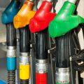 عکس با کیفیت نازل های پمپ بنزین با رنگ های مختلف در کنار یکدیگر