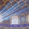 عکس با کیفیت پنجره های منبت کاری شده و دیوار ها با نقش و نگار های هندسی و اسلیمی
