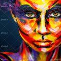 عکس با کیفیت صورت زن نقاشی شده با رنگ های زرد و بنفش و قرمز و سفید و پس زمینه به رنگ مشکی