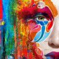 عکس با کیفیت نقاشی پروانه رنگارنگ بر روی صورت زن و استفاده از رنگ های شاد و ترکیبی در اطراف صورت زن