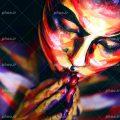 زن با ژست دو دست بر روی لب و صورت نقاشی شده با رنگ های زیبا