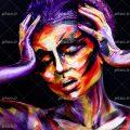 عکس با کیفیت زن با ژست دو دست بر روی صورت و چهره نقاشی شده با رنگ های زیبا و پس زمینه به رنگ مشکی