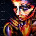 عکس با کیفیت چهره ی زن رو به پایین و صورت نقاشی شده با رنگ های زرد و نارنجی و بنفش و دیگر رنگ ها و پس زمینه به رنگ مشکی