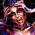 عکس با کیفیت زن با چهره ی رنگ شده و با ژست دو دست در کنار سر و در حال فریاد کشیدن