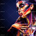 عکس با کیفیت زن با چشم های بسته و چهره نقاشی شده با رنگ های گریم و موهای زن به رنگ بنفش