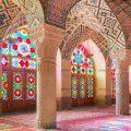 عکس با کیفیت شیشه های رنگارنگ و سقف طراحی شده با نقوش هندسی و خط های اسلیمی و ستون های زیبا در مسجد نصیرالملک شیراز