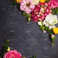 عکس با کیفیت تعدادی گل زیبا با رنگ های شاد در دو گوشخ تصویر به صورت قاب